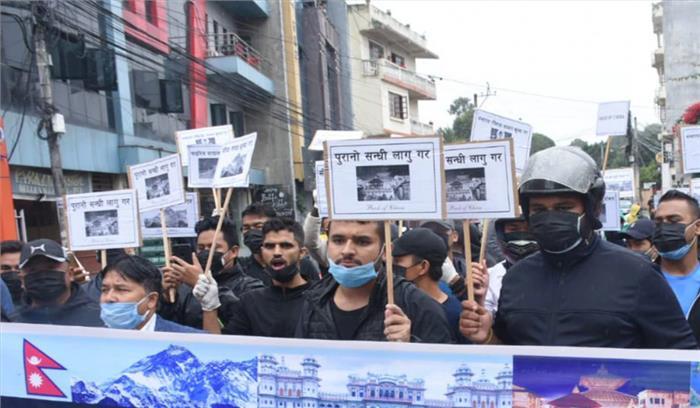 नेपाल की जमीन पर चीन का कब्जा  युवाओं का चीनी दूतावास पर प्रदर्शन  ओली सरकार बोली- नहीं हुआ कोई कब्जा