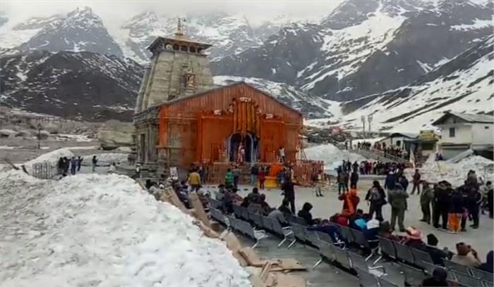 केदारनाथ में फिर गिरी बर्फ , खराब मौसम के चलते जिला प्रशासन ने रोकी यात्रा , श्रद्धालुओं को गौरीकुंड-सोनप्रयाग में रोका