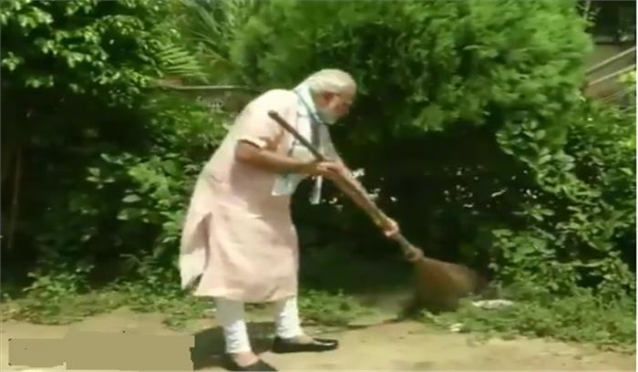 LIVE - प्रधानमंत्री नरेंद्र मोदी ने पहाड़गंज के स्कूल में लगाई झाड़ू, देश की जनता से फिर किया एक बड़ा आह्वान