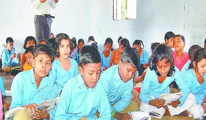 शिक्षा व्यवस्था को मुंह चिढ़ा रहा अगस्त्यमुनि का यह प्राथमिक विद्यालय, 6 सालों से 5 कक्षाएं  एक ही कमरे में चल रहीं