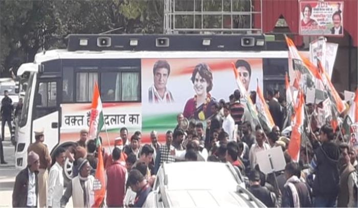 प्रियंका-राहुल रैली LIVE - कांग्रेस के लिए लकी है रथ में बदली यह बस , 2017 में इन मुख्यमंत्री ने भी इस बस का किया था इस्तेमाल
