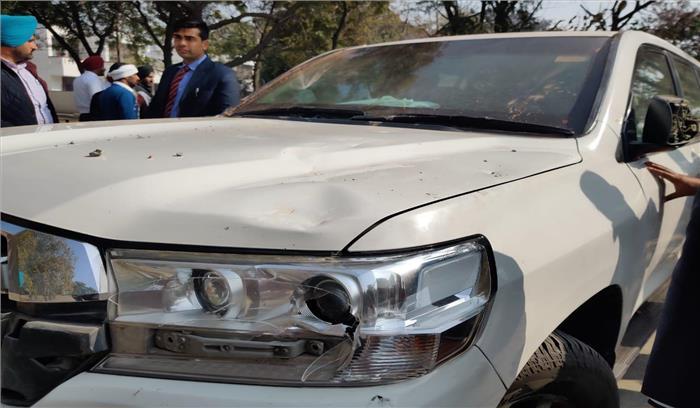 पंजाब - जलालाबाद में अकाली नेता सुखबीर बादल की गाड़ी पर पत्थऱबाजी , कई राउंड फायरिंग- हिंसा