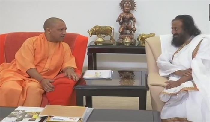 मंदिर निर्माण पर आम राय बनाने को लेकर योगी से मिले श्री श्री, कल जाएंगे अयोध्या