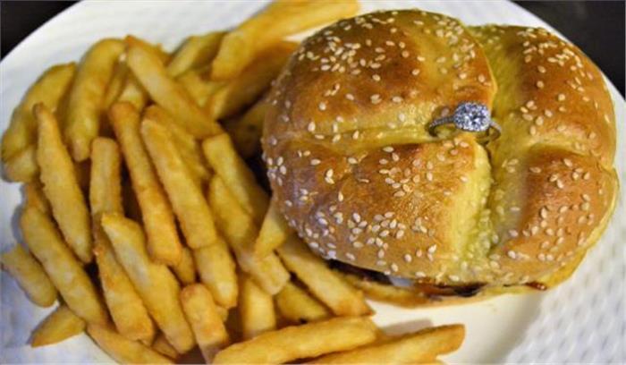 अमेरिका के एक रेस्टोरेंट ने तैयार किया वैलेंटाइल डे स्पेशल बर्गर, लाख रुपये चुकानी होगी कीमत