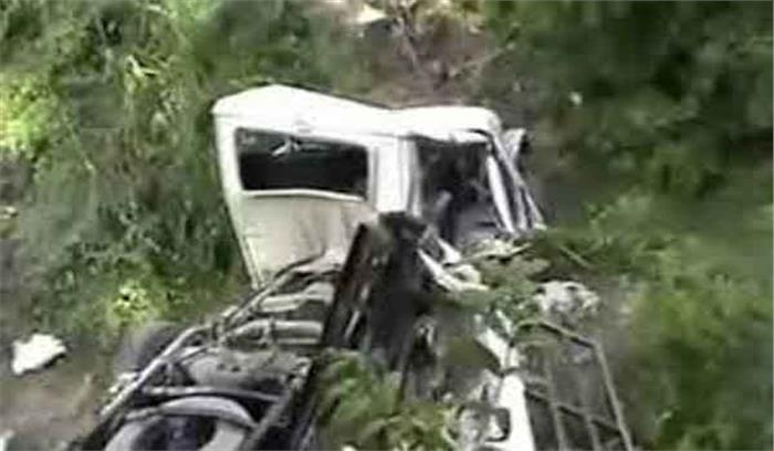 बेरीनाग से हल्द्वानी जा रहे मैक्स की ट्रक से टक्कर, वाहन के खाई में गिरने से चालक की मौत
