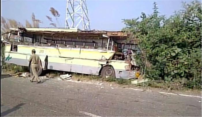 यूपी के संभल में दो बसों की जबर्दस्त भिडंत, 2 लोगों की मौके पर मौत, 17 घायल