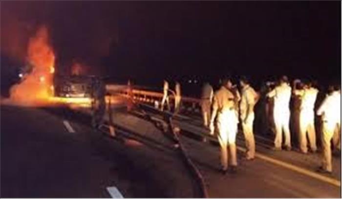 लखनऊ से दिल्ली आ रही वाॅल्वो बस बनी आग का गोला, सभी 50 यात्री बाल-बाल बचे