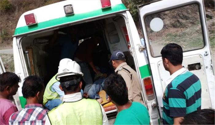 दून से चंबा जा रही कार गिरी खाई में, 1 बैंक कर्मचारी की मौत, 1 अन्य घायल