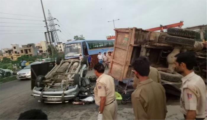 आगरा-लखनऊ एक्सप्रेस वे पर बस और ट्रक की टक्कर, 1 की मौत 11 घायल