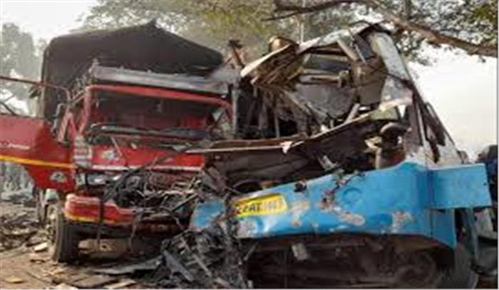 कोहरे के चलते मुरादाबाद में मिनी बस - ट्रक की टक्कर , 10 लोगों की मौत , 25 घायल