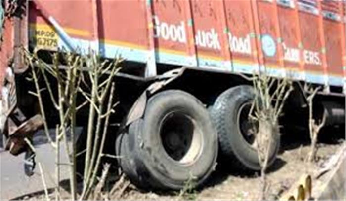 वाराणसी के बाद उरई में हुआ बड़ा सड़क हादसा, तेज रफ्तार ट्रक ने डिवाइडर पर बैठे लोगों को कुचला, 4 की मौके पर ही मौत