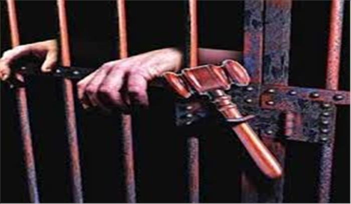 सिपाही को जज की कुर्सी पर बैठकर सेल्फी लेना पड़ा महंगा, खानी पड़ी जेल की हवा