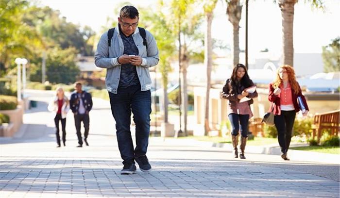 Smartphone ने बदल दिया लोगों के चलने का तरीका, जानिए क्या आईं खामियां