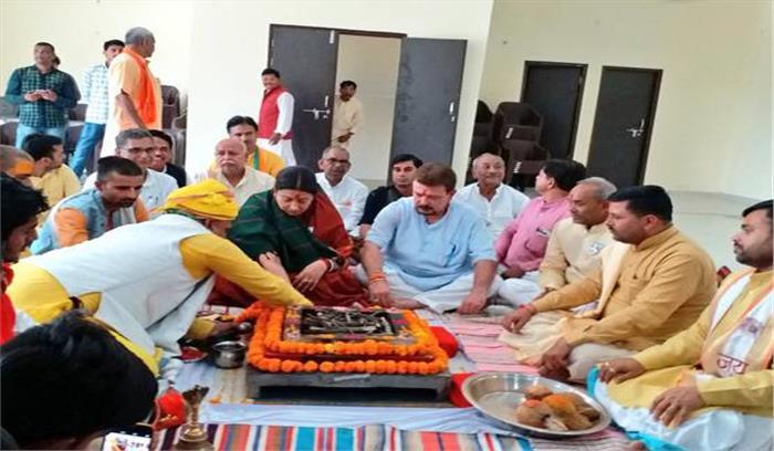 अमेठी में नामांकन से पहले स्मृति ईरानी किया शक्ति प्रदर्शन , कहा- अमेठी को गांधी परिवार से मिलेगी मुक्त