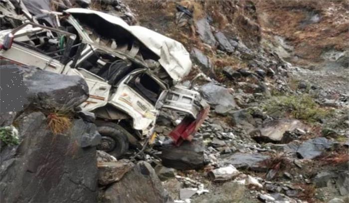 चमोली में शादी का कार्ड देने जा रहे लोगों की कार बर्फ में फिसलकर खाई में गिरी , 2 की मौत एक गंभीर रूप से घायल