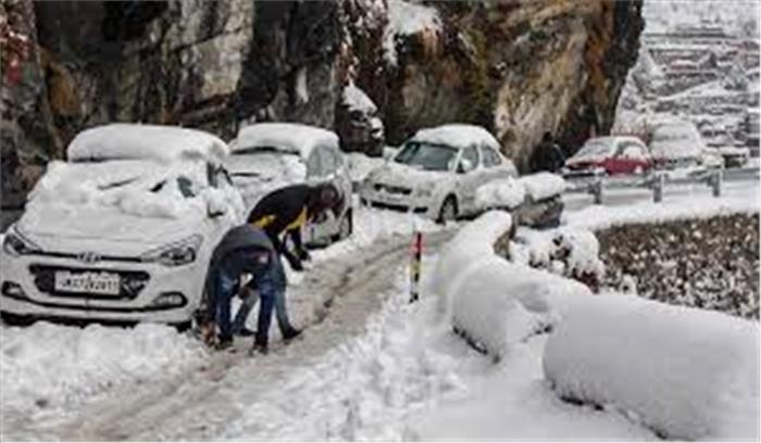 रुद्रप्रयाग में बर्फ देखने पहुंचे पर्यटक फंसे , दोनो मुख्य मार्ग बंद होने से आई आफत