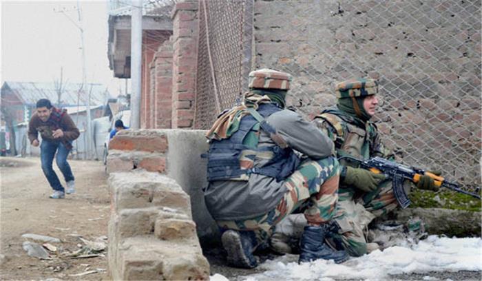 जम्मू—कश्मीर के सोपोर में मुठभेड़ में तीन आतंकी ढेर, एक जवान घायल