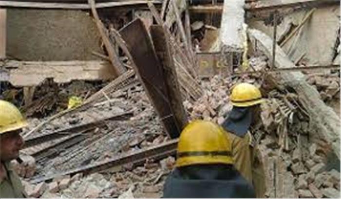 ग्रेटर कैलाश में गिरी इमारत, 6 से ज्यादा लोग घायल, राहत का काम जारी