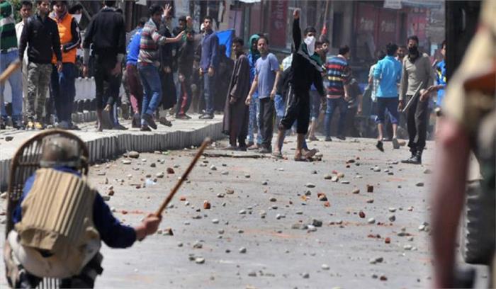 जम्मू—कश्मीर में घटीं पत्थरबाजी की घटनाएं, पिछले साल के मुकाबले इस साल आधी हुई घटनाएं