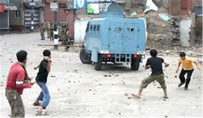 घाटी में सेना की गाड़ियों पर उग्र भीड़ ने किया पथराव, 7 लोग हुए घायल