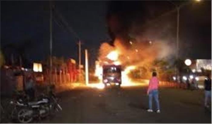 पाटीदार आरक्षण आंदोलन समिति के नेता की गिरफ्तारी के बाद सूरत में तनाव बसों में लगाई गई आग दुकानों में तोड़फोड़