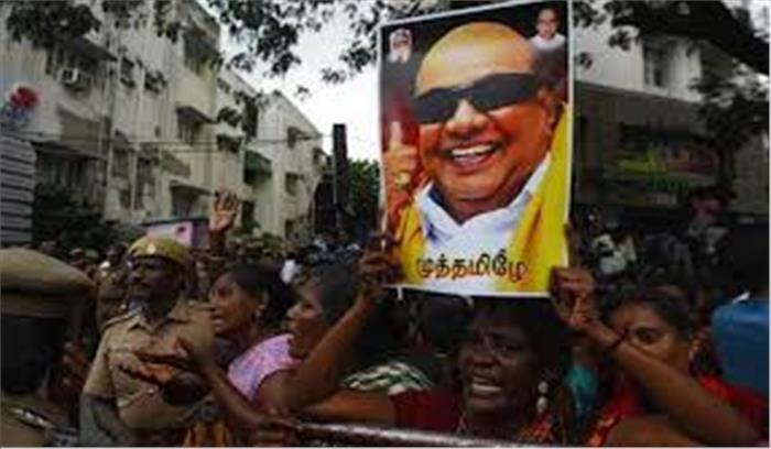 मरीना बीच पर ही होगा करुणानिधि का अंतिम संस्कार, चेन्नई की सड़कों पर उमड़ा जनसैलाब