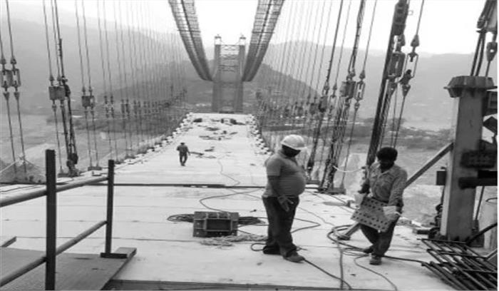 डोबरा चांठी पुल - 13 साल बाद कहीं जाकर पुल की सतह जोड़ने का काम हुआ पूरा , आवाजाही में लगेंगे 3 माह