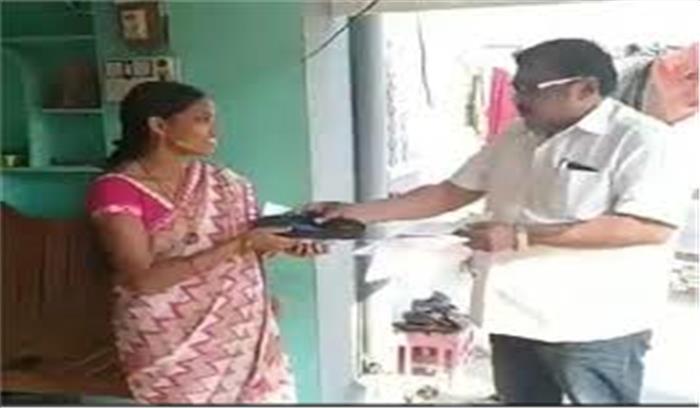 तेलंगाना में निर्दलीय उम्मीदवार के चुनाव प्रचार का अनोखा तरीका, लोगों को बांट रहे चप्पल