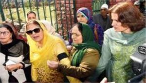 अब फारुख अब्दुल्ला की बहन - बेटी गिरफ्तार  अनुच्छेद 370 हटाने के विरोध में कर रहीं थीं अन्य के साथ प्रदर्शन