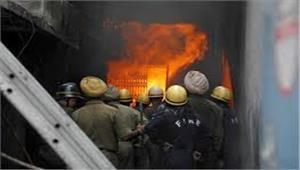 दिल्ली के नरेला इलाके की प्लास्टिक फैक्ट्री में लगी आग एक की मौत व एक गंभीर घायल कईलोग अंदर फंसे