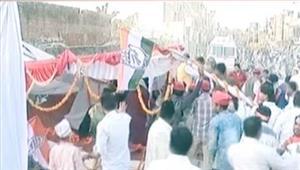 इलाहाबाद में बाल-बाल बचे राहुल-अखिलेश रैली के लिए तैयार किया गया मंच गिरा
