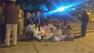 युवा कांग्रेसी नेताओं ने राहुल गांधी के बाहर किया प्रदर्शन  कहा- पैसे लेकर बाहरियों को टिकट दिया जा रहा हमे किया दरकिनार