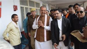 यूपी के उपमुख्यमंत्री कैशव प्रसाद मौर्य ने कोर्ट में किया सरेंडर  जारी हुए थे गैर जमानती वारंट