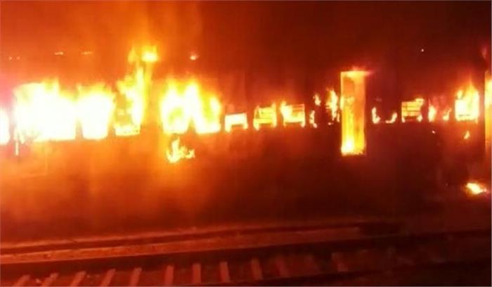 मोकामा में शंटिंग में खड़ी पैसेंजर ट्रेन में लगी भीषण आग, 6 डिब्बे पूरी तरह से खाक, जान-माल का नुकसान नहीं