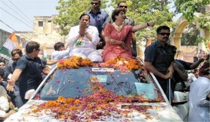 बिजनौर - कांग्रेस के रोड शो में मोदी-मोदी के नारे लगने पर प्रियंका गांधी ने किया कुछ ऐसा चौंक गए कांग्रेसी भी