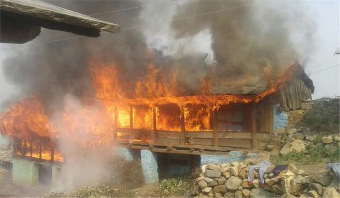 उत्तरकाशी के 3 मकानों में लगी आग, कई परिवार हुए बेघर, मौके पर पहुंचा प्रशासनिक अमला