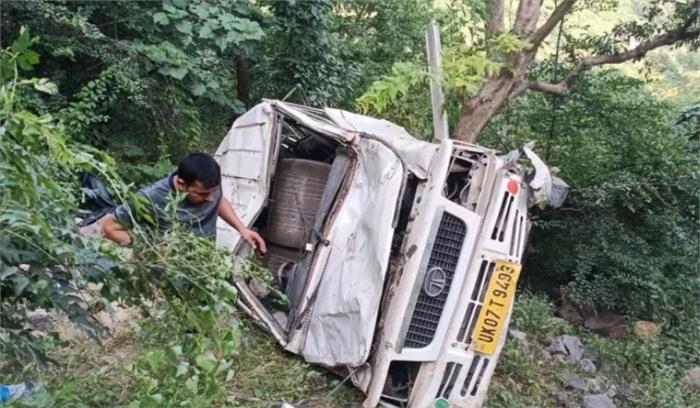 उत्तराखंड - टैक्सी चालक की लापरवाही 10 सवारियों पर पड़ी भारी , अनियंत्रित होकर टैक्सी खाई में गिरी, चालक समेत दो की मौत, 8 घायल