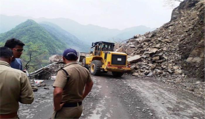 ऋषिकेश - बद्रीनाथ हाईवे पर पहाड़ का मलबा गिरने से 9 घंटे तक जाम में फंसे यात्री , आगे भी मलबा गिरने की आशंका