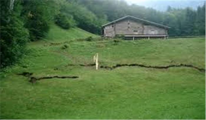 सालों से आपदा की मार झेल रहे पिथौरागढ़ के इन गांवों का 'अस्तित्व' हो सकता है खत्म, पहाड़ों पर पड़ी दरारें