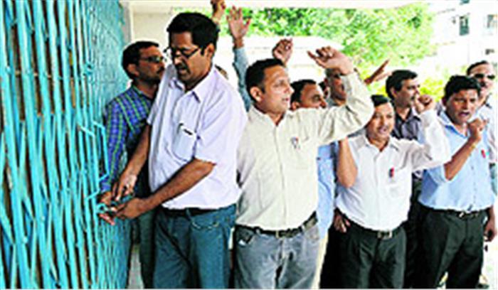 शिक्षकों और सरकार के बीच तनातनी जारी, शिक्षक संघ ने निदेशालय पर की तालाबंदी