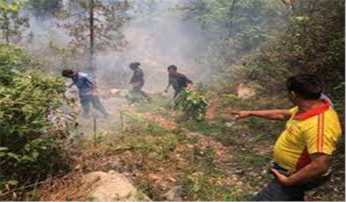 चंपावत के जंगलों में लगी आग पहुंची रिहाइशी इलाकों तक, पहाड़ों से पत्थर गिरने के चलते चारधाम यात्रा प्रभावित