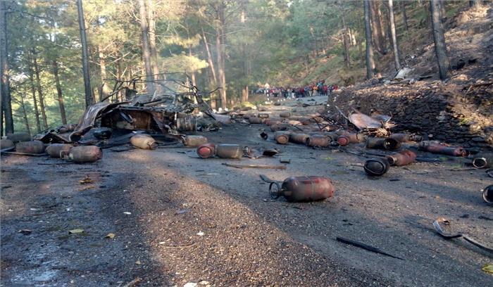 गैस सिलेंडर से भरे ट्रक में लगी आग, जोरदार धमाकों के साथ हवा में उड़े 100 से ज्यादा सिलेंडर, लोगों में दहशत