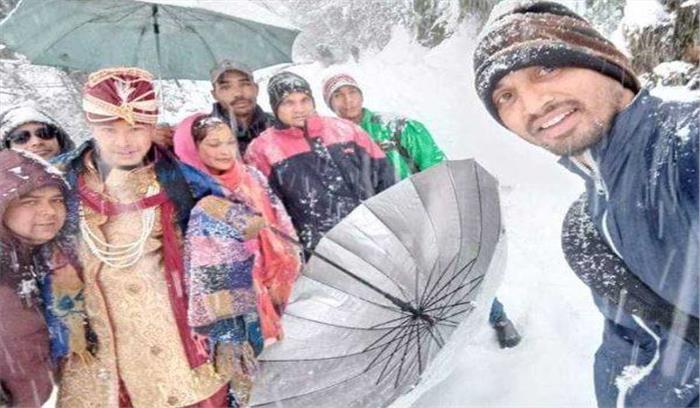 रुद्रप्रयाग के ऊखीमठ में 3 फीट बर्फ में 10 किमी पैदल चला दुल्हा-बारात, फिर जाकर हो पाई शादी