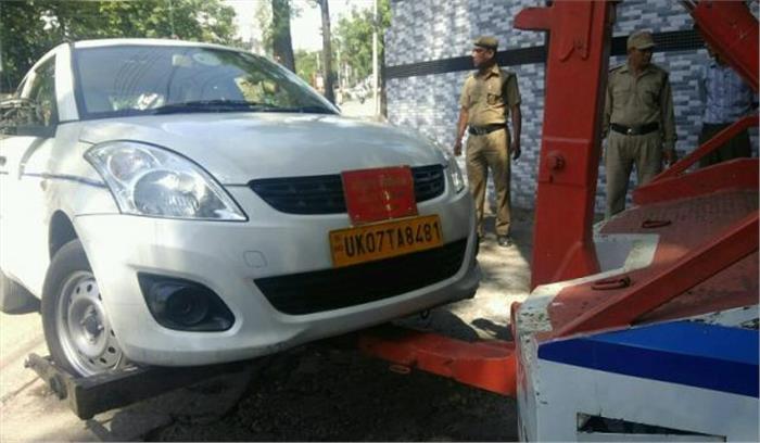 सरकार के अधिकारी ही तोड़ रहे नियम, रोकने पर गाड़ी अड़ाकर चल दिए