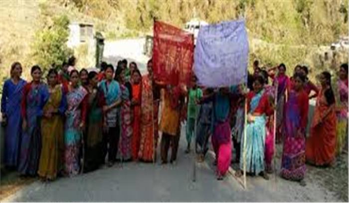 अल्मोड़ा में महिलाओं का शराब बेचने के खिलाफ अभियान, समर्थन में उतरे विधायक