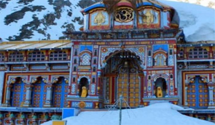 उत्तराखंड - बद्रीनाथ धाम की ऊंची पहाड़ियों और पिथौरागढ़ में सीजन की पहली बर्फबारी से तापमान गिरा
