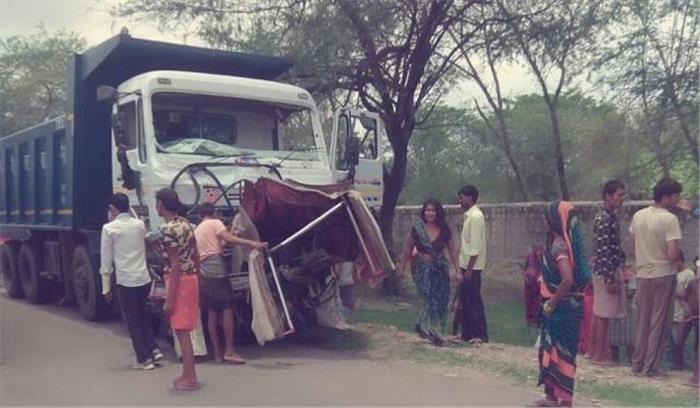 दिल्ली-लखनऊ हाईवे पर कार और ट्रक की टक्कर, 6 लोगों का मौत