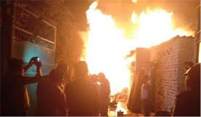 मऊ में किराने के गोदाम में लगी भीषण आग, 2 वाहनों से समेत 25 लाख का सामान जलकर खाक