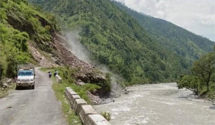 Uttarakhand - बारिश के बाद भूस्खलन का क्रम जारी , पिथौरागढ़ में जौलजीबी-मुनस्यारी सड़क पर रुक-रुक कर गिर रहा मलबा